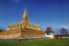 VIENTIANE LAOS, STYCZEŃ, - 19, 2012: Mnicha buddyjskiego wa i modlenie Obrazy Royalty Free