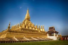 VIENTIANE LAOS, STYCZEŃ, - 19, 2012: Mnicha buddyjskiego wa i modlenie Zdjęcia Stock