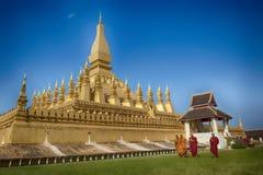 VIENTIANE LAOS, STYCZEŃ, - 19, 2012: Mnicha buddyjskiego wa i modlenie Obraz Stock