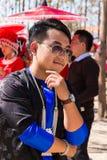 Vientianekapitaal, Laos - November 2017: Hmongjongen die de traditionele kleren van Hmong binnen dragen tijdens de Hmong-Nieuwjaa Stock Fotografie