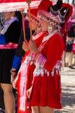 Vientianekapitaal, Laos - November 2017: Hmongmeisje die de traditionele kleren van Hmong binnen dragen tijdens de Hmong-Nieuwjaa Royalty-vrije Stock Afbeelding