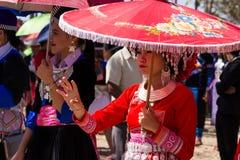 Vientianekapitaal, Laos - November 2017: Hmongmeisje die de traditionele kleren van Hmong binnen dragen tijdens de Hmong-Nieuwjaa Stock Fotografie