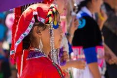 Vientianekapitaal, Laos - November 2017: Hmongmeisje die de traditionele kleren van Hmong binnen dragen tijdens de Hmong-Nieuwjaa Stock Foto's