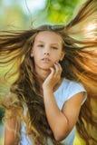 Viento adolescente hermoso sonriente con el pelo del vuelo Fotos de archivo
