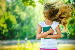 Viento adolescente hermoso sonriente con el pelo del vuelo Imagen de archivo