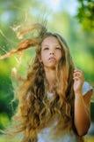 Viento adolescente hermoso sonriente con el pelo del vuelo Foto de archivo libre de regalías