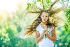 Viento adolescente hermoso sonriente con el pelo del vuelo Fotografía de archivo libre de regalías