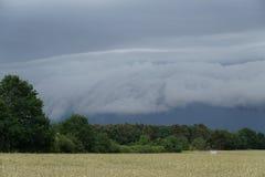 viento de la lluvia de la tempestad de truenos de la nube del shelfcloud Imágenes de archivo libres de regalías