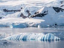 Viento e iceberg esculpido agua que derivan en la bahía de Andvord cerca de Nek fotografía de archivo libre de regalías