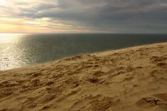 Viento en la puesta del sol en la playa Imagen de archivo libre de regalías