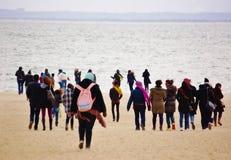 Viento frío de los visitantes de la playa de Nueva York de la isla de conejo Imagen de archivo