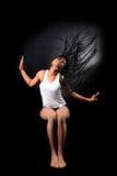 Viento - mujer americana afro con los pelos largos del aleteo foto de archivo