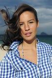 Viento: mujer con el pelo tousled en el mar Imagenes de archivo
