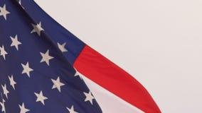 Viento que agita a las barras y estrellas patrióticas brillantes de la bandera americana almacen de video