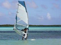 Viento que practica surf las zonas tropicales Imagenes de archivo