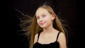 Viento que sopla en cara de las muchachas Cerca para arriba, pequeña muchacha caucásica modelo adorable linda con el pelo agitado foto de archivo libre de regalías