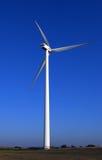 Viento-turbina enorme en azul. Fotografía de archivo libre de regalías