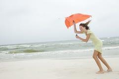 Viento y chica joven de la belleza en la playa Imágenes de archivo libres de regalías