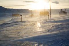 Viento y nieve en el camino noruego Fotografía de archivo