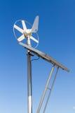 Viento y sistema eléctrico solar imagenes de archivo