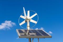 Viento y sistema eléctrico solar imagen de archivo