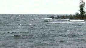 Vientos de la Vendaval-fuerza sobre el lago interior almacen de video