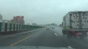 Vientos y lluvia de huracán del peligro, conduciendo con el tifón Pov 4K metrajes