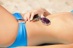 Vientre, bikini y sombras femeninos Imagenes de archivo