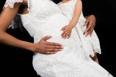 Vientre conmovedor de las madres de la hija Fotos de archivo