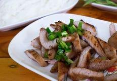Vientre de cerdo asado a la parrilla de la barbacoa en el plato, asado a la parrilla del cerdo Fotos de archivo libres de regalías