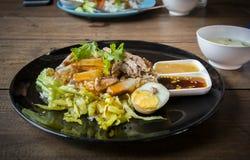 Vientre de cerdo curruscante en el arroz rematado - estilo asiático de la comida imagenes de archivo