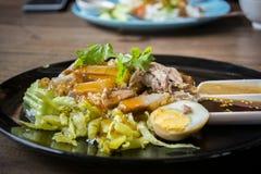 Vientre de cerdo curruscante en el arroz rematado - estilo asiático de la comida imagen de archivo