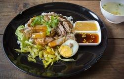Vientre de cerdo curruscante en el arroz rematado - estilo asiático de la comida fotos de archivo libres de regalías