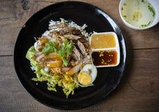 Vientre de cerdo curruscante en el arroz rematado - estilo asiático de la comida fotografía de archivo