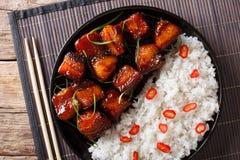 Vientre de cerdo esmaltado con el primer del arroz en una placa top horizontal Foto de archivo
