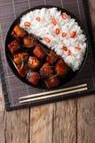 Vientre de cerdo picante vietnamita del caramelo con el primer del arroz en una tabla Foto de archivo