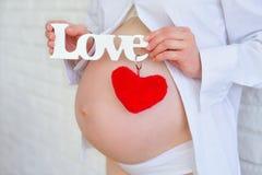 Vientre de la mujer embarazada Fotografía de archivo libre de regalías