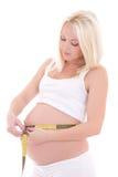 Vientre de medición de la mujer embarazada, aislado en el fondo blanco Foto de archivo