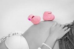 Vientre del bebé en llave de color Imágenes de archivo libres de regalías
