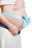 Vientre embarazada con la cinta azul - aislada sobre un backgrou blanco Foto de archivo