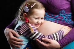 Vientre embarazada del abarcamiento de la muchacha Imagen de archivo libre de regalías