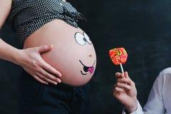 Vientre embarazada divertido imágenes de archivo libres de regalías