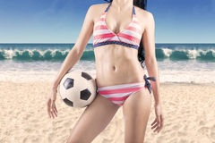 Vientre femenino atractivo con una bola 1 Foto de archivo libre de regalías