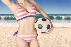Vientre femenino atractivo con una bola Imagenes de archivo
