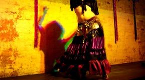 Vientre gitano y sombra del bailarín de vientre Imagenes de archivo