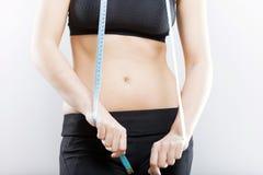 Vientre y cinta métrica, concepto de la mujer de la pérdida de peso Foto de archivo libre de regalías