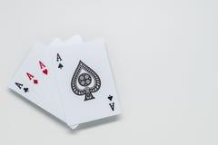Vier Ace-Karten auf weißem Hintergrund und selektivem Fokus Lizenzfreies Stockfoto
