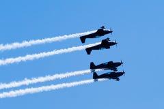 Vier acrobatische vliegtuigen vliegen dichte spiegelvorming Royalty-vrije Stock Afbeelding