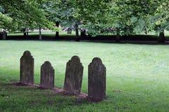 Vier alleine Grabsteine Lizenzfreie Stockbilder
