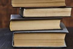 Vier alte Bücher geschlossen, Nahaufnahme Lizenzfreies Stockbild